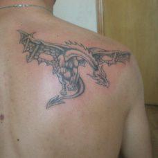 Татуировка дракона на лопатке, выполнена в традиционном стиле