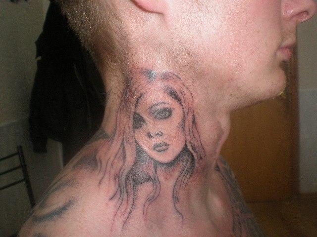 Татуировка на шее