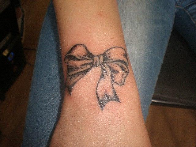 Красивая женская тату - бантик