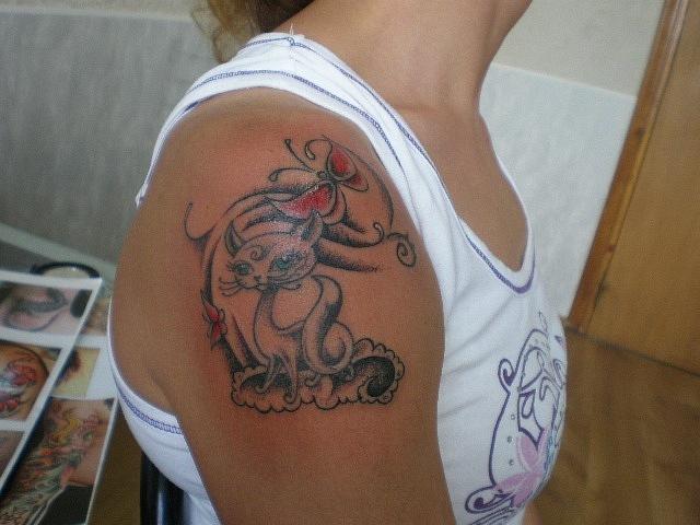 Красивая женская татуировка на плече