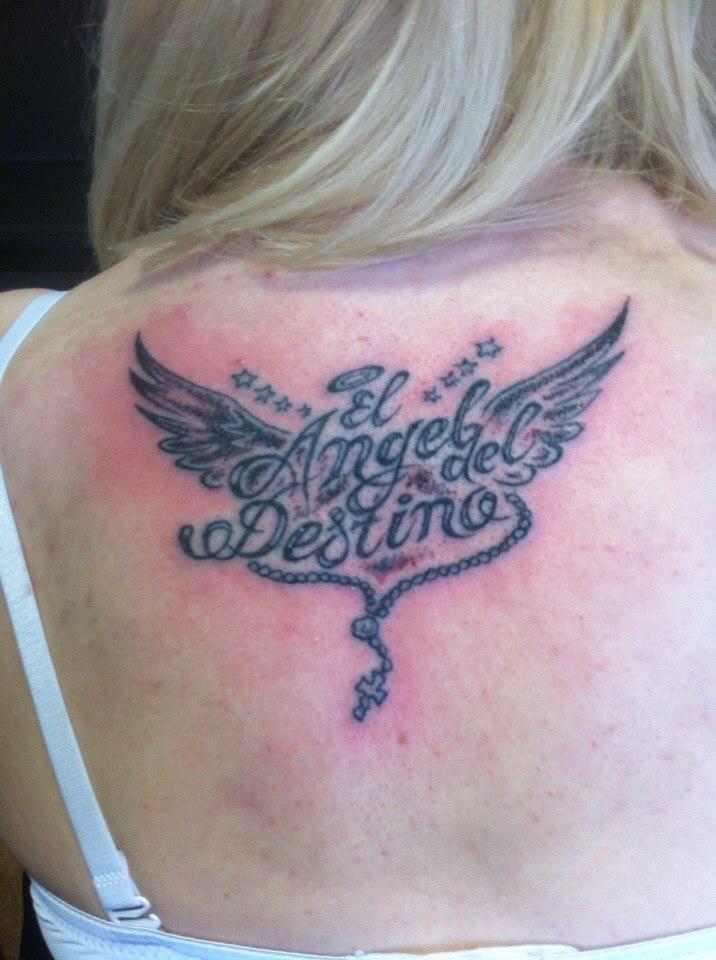 Татуировка на спине у девушки
