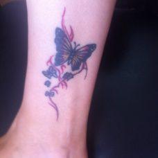 Татуировка бабочка на ноге
