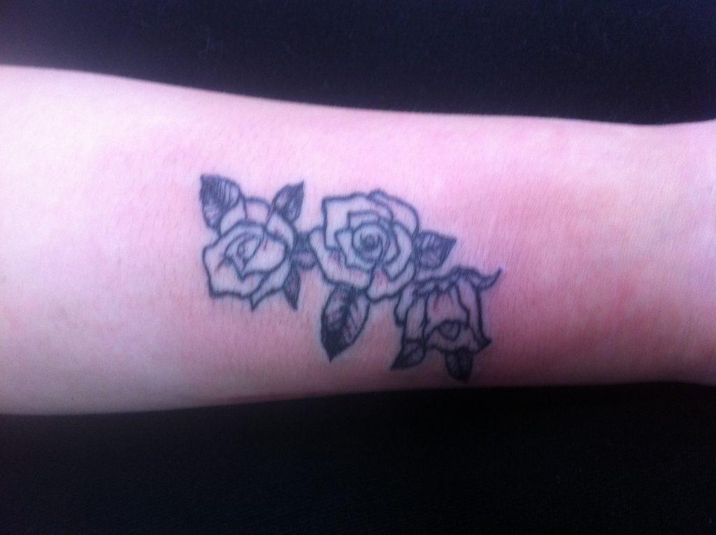 Цветочная татуировка на руке