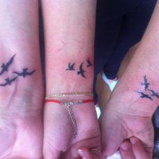 """Три татуировки """"птички на запястье"""""""
