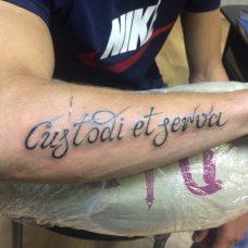 """Татуировка-надпись """"Спаси и сохрани"""" на латинском"""