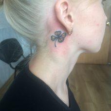 """""""Клевер на удачу"""" - изящная татуировка за ушком"""
