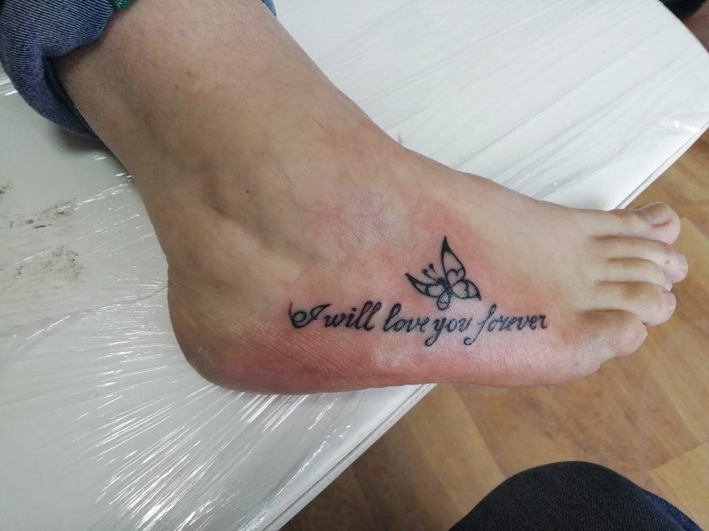 Татуировка бабочки на ноге для девушки