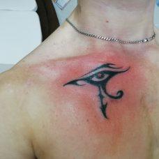 Татуировка на груди на египетскую тематику