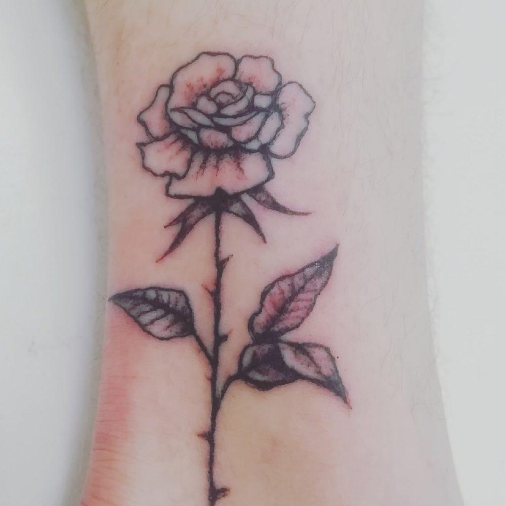Татуировка на ноге.